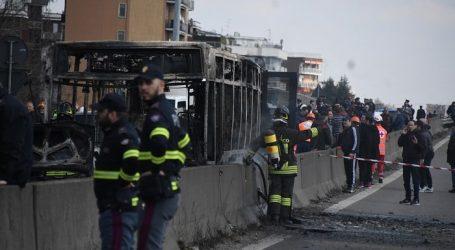 """Pregiudicato senegalese appicca il fuoco ad autobus di bambini per vendicare """"le morti in mare"""""""